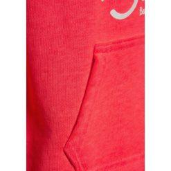 Bench BEACHY OVERHEAD Bluza z kapturem neon pink. Różowe bluzy dziewczęce rozpinane Bench, z bawełny, z kapturem. W wyprzedaży za 152,10 zł.