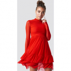 Luisa Lion x NA-KD Siateczkowa sukienka z falbanką - Red. Czerwone sukienki na komunię marki Mohito, l, z materiału, z falbankami. Za 202,95 zł.