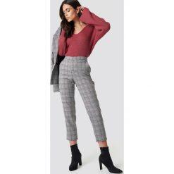 Dilara x NA-KD Spodnie w kratkę - Grey. Szare spodnie z wysokim stanem Dilara x NA-KD, z haftami. Za 202,95 zł.
