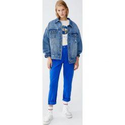 Jeansy mom fit w elektrycznym niebieskim kolorze. Niebieskie jeansy damskie relaxed fit Pull&Bear. Za 75,90 zł.
