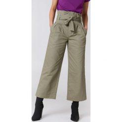 NA-KD Trend Szerokie spodnie bawełniane z wiązaniem w talii - Green. Białe spodnie z wysokim stanem marki NA-KD Trend, z nadrukiem, z jersey, z okrągłym kołnierzem. Za 121,95 zł.