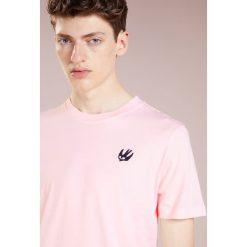 McQ Alexander McQueen CREW TEE Tshirt basic post it pink. Czerwone t-shirty męskie McQ Alexander McQueen, m, z bawełny. Za 419,00 zł.