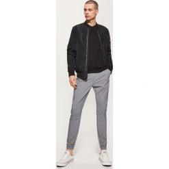 Spodnie męskie: Materiałowe spodnie typu jogger – Szary