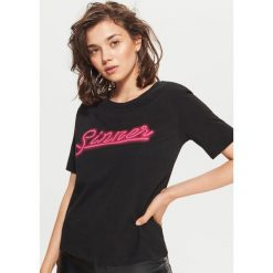 Koszulka z nadrukiem - Czarny. Czarne t-shirty damskie Cropp, l, z nadrukiem. W wyprzedaży za 14,99 zł.