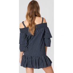 English Factory Sukienka z odkrytymi ramionami - Blue,Navy. Niebieskie sukienki z falbanami marki Reserved, z odkrytymi ramionami. W wyprzedaży za 103,19 zł.