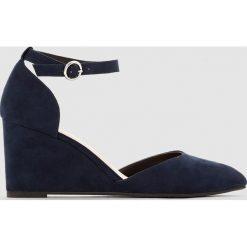 Buty ślubne damskie: Czółenka na koturnie z paskiem przy kostce