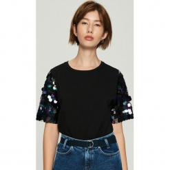 T-shirt z połyskującą aplikacją na rękawach - Czarny. Czarne t-shirty damskie Sinsay, l, z aplikacjami. Za 59,99 zł.
