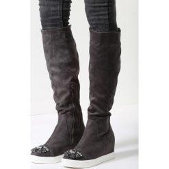 Ciemnoszare Kozaki Harder They Come. Czarne buty zimowe damskie marki Born2be, z materiału, z okrągłym noskiem, na niskim obcasie, na koturnie. Za 59,99 zł.