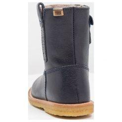 Bisgaard Kozaki blue. Niebieskie buty zimowe damskie marki Roxy, z tworzywa sztucznego, na wysokim obcasie. W wyprzedaży za 383,20 zł.