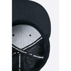 Nike Sportswear - Czapka. Różowe czapki z daszkiem męskie marki Nike Sportswear, l, z nylonu, z okrągłym kołnierzem. W wyprzedaży za 69,90 zł.