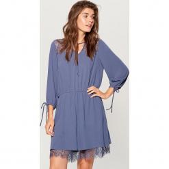 Sukienka z koronką - Szary. Szare sukienki koronkowe marki Mohito, w koronkowe wzory. Za 139,99 zł.