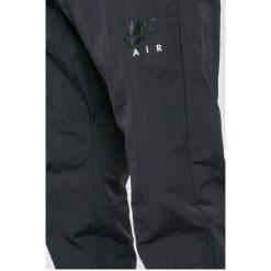 Nike Sportswear - Spodnie. Szare joggery męskie Nike Sportswear, z nylonu. W wyprzedaży za 159,90 zł.