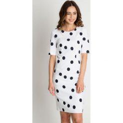 Biała sukienka w grafitowe grochy BIALCON. Czerwone sukienki balowe marki BIALCON, na co dzień, oversize. Za 309,00 zł.