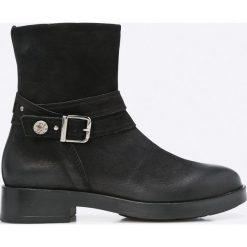 Tamaris - Botki. Czarne buty zimowe damskie Tamaris, z gumy, z okrągłym noskiem. W wyprzedaży za 179,90 zł.