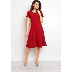 Bordowa Elegancka Rozkloszowana Sukienka. Czerwone sukienki balowe marki Molly.pl, do pracy, l, z materiału, z klasycznym kołnierzykiem, z krótkim rękawem, midi, rozkloszowane. Za 139,90 zł.