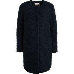 Part Two IMAMI Krótki płaszcz navy blazer. Niebieskie płaszcze damskie wełniane Part Two. W wyprzedaży za 532,95 zł.
