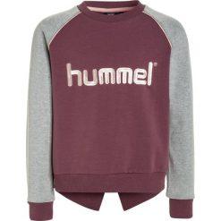 Hummel PAMELA CREWNECK Bluza eggplant. Fioletowe bluzy chłopięce marki Hummel, z bawełny. W wyprzedaży za 167,20 zł.