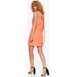 SUKIENKA TKANINOWA W ENERGETYCZNYM KOLORZE, Z OZDOBNYM WIĄZANIEM NA PLECACH. Szare sukienki letnie marki Top Secret, z tkaniny, z dekoltem na plecach, z krótkim rękawem, mini. Za 64,99 zł.