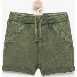 Krótkie spodenki dresowe - Khaki. Brązowe dresy chłopięce marki Reserved, z dresówki. W wyprzedaży za 24,99 zł.