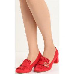 Czerwone Czółenka Nigella. Czerwone buty ślubne damskie Born2be, z aplikacjami, ze skóry, na niskim obcasie, na słupku. Za 59,99 zł.
