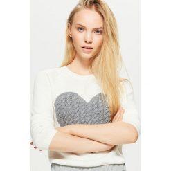 Sweter z sercem - Biały. Białe swetry klasyczne damskie marki Cropp, l. Za 59,99 zł.