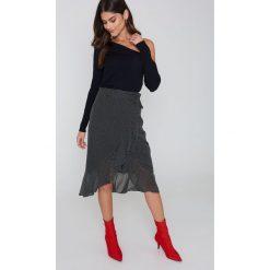 Swetry klasyczne damskie: Kristin Sundberg for NA-KD Sweter w prążki z odkrytymi ramionami – Black