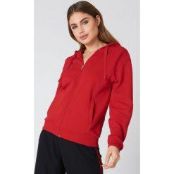 NA-KD Basic Bluza basic z kapturem - Red. Różowe bluzy rozpinane damskie marki NA-KD Basic, prążkowane. W wyprzedaży za 60,57 zł.