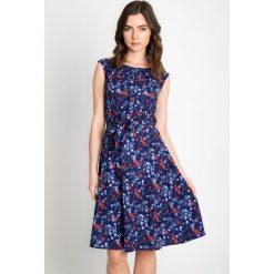 Sukienki hiszpanki: Granatowa rozkloszowana sukienka w kwiaty QUIOSQUE