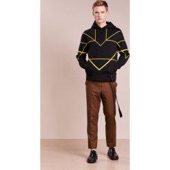 Neil Barrett BLACKBARRETT SYMMETRIC LINES HOODIE Bluza z kapturem black/yellow. Czarne bluzy męskie rozpinane Neil Barrett BLACKBARRETT, l, z materiału, z kapturem. W wyprzedaży za 452,70 zł.