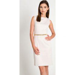 Jasnobeżowa sukienka z paskiem QUIOSQUE. Żółte sukienki balowe marki QUIOSQUE, w paski, z tkaniny, z kopertowym dekoltem, bez rękawów, kopertowe. W wyprzedaży za 99,99 zł.