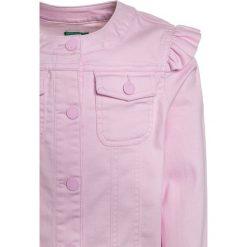 Benetton Kurtka jeansowa rose. Czerwone kurtki chłopięce marki Benetton, z bawełny. Za 129,00 zł.