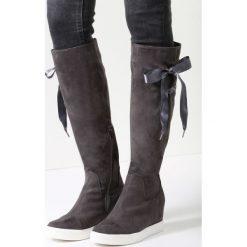 Ciemnoszare Kozaki Heart Of Silver. Czarne buty zimowe damskie marki Born2be, z materiału, z okrągłym noskiem, na niskim obcasie, na koturnie. Za 69,99 zł.