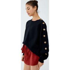 Bluza z guzikami na rękawie. Czarne bluzy rozpinane damskie marki Pull&Bear. Za 99,90 zł.