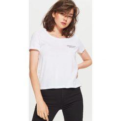 Koszulka z nadrukiem - Biały. Białe t-shirty damskie marki Cropp, l, z nadrukiem. W wyprzedaży za 9,99 zł.