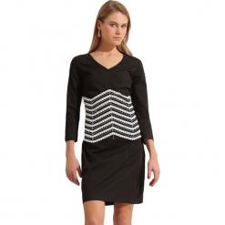 Sukienka w kolorze czarnym. Czarne sukienki marki Almatrichi, w paski, midi, proste. W wyprzedaży za 189,95 zł.