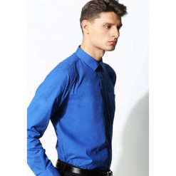 Niebieska Koszula Work Of Art. Niebieskie koszule męskie na spinki Born2be, m, z klasycznym kołnierzykiem, z długim rękawem. Za 49,99 zł.