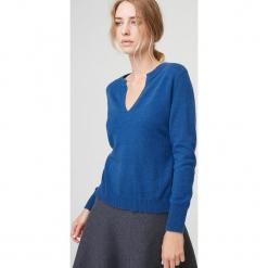 Kaszmirowy sweter w kolorze niebieskim. Niebieskie swetry klasyczne damskie marki Rodier, z dzianiny, z okrągłym kołnierzem. W wyprzedaży za 391,95 zł.