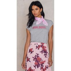 T-shirty damskie: Josefin Ekström for NA-KD T-shirt Girlboss – Grey