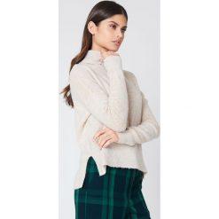 Rut&Circle Sweter z zamkiem na plecach Vera - Beige. Zielone golfy damskie marki Rut&Circle, z dzianiny, z okrągłym kołnierzem. W wyprzedaży za 44,38 zł.