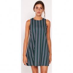 Sukienka w kolorze ciemnozielonym ze wzorem. Zielone sukienki marki Dioxide, s, w paski, z okrągłym kołnierzem, midi, proste. W wyprzedaży za 99,95 zł.