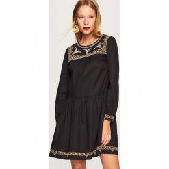 Sukienka z wyhaftowanym wzorem - Czarny. Czarne sukienki z falbanami marki Reserved. Za 99,99 zł.