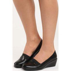 Czarne Koturny Tapestry. Czarne buty ślubne damskie Born2be, ze skóry, na niskim obcasie, na koturnie. Za 59,99 zł.