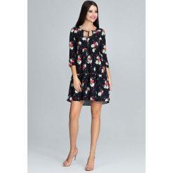 Urocza Sukienka w Barwny Deseń z Falbankami - Wzór 75. Czerwone sukienki balowe marki Molly.pl, l, z jeansu, z dekoltem na plecach, z długim rękawem. Za 149,90 zł.