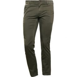 BOSS CASUAL SLIM Spodnie materiałowe dark green. Zielone rurki męskie BOSS Casual, z bawełny. Za 419,00 zł.