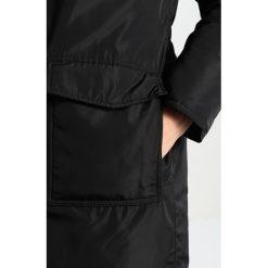 Modström BLAKE Płaszcz puchowy black. Czarne płaszcze damskie puchowe marki NOFX, s, z nadrukiem, z okrągłym kołnierzem. W wyprzedaży za 797,30 zł.