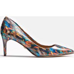 Multikolorowe czółenka damskie. Białe buty ślubne damskie marki Kazar, ze skóry, na wysokim obcasie, na szpilce. Za 499,00 zł.