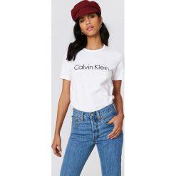 Calvin Klein T-shirt pod szyję z krótkim rękawem - White. Białe t-shirty damskie Calvin Klein, z nadrukiem. Za 161,95 zł.