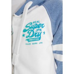 Superdry REAL VINTAGE IRIDESCENT ZIPHOOD Bluza rozpinana optic cali blue snowy. Białe bluzy rozpinane damskie marki Superdry, xxs, z bawełny. Za 379,00 zł.