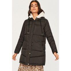 Pikowana kurtka z kapturem - Czarny. Białe kurtki damskie pikowane marki Reserved, l, z dzianiny. Za 299,99 zł.