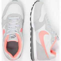 Trampki dziewczęce: Nike Sportswear MD RUNNER 2  Tenisówki i Trampki pure platinum/lava glow/cool grey/white/black